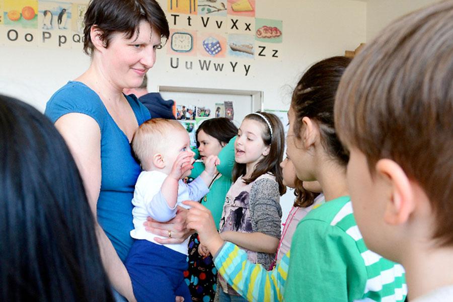 Ein Baby im Einsatz als Lehrerin